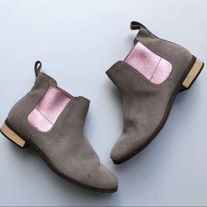 Toms Ella Chelsea Boot Sz 9 Gray w Pink Metallic
